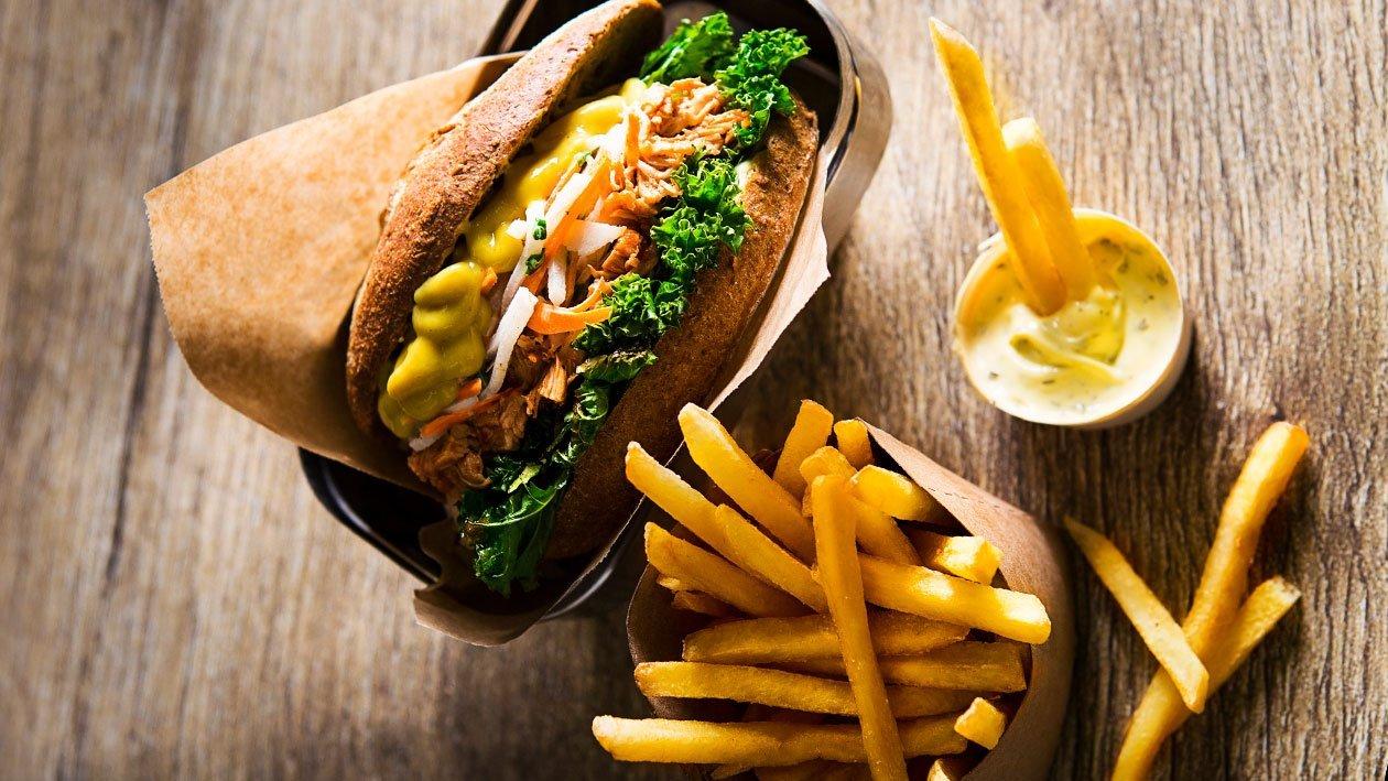 Hamburger z pečeného králíka (nebo kuřete) s ředkvičkovým salátem