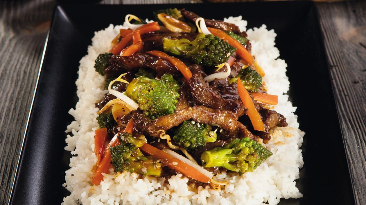 Hovězí v omáčce z černého pepře se sójovými výhonky a brokolici