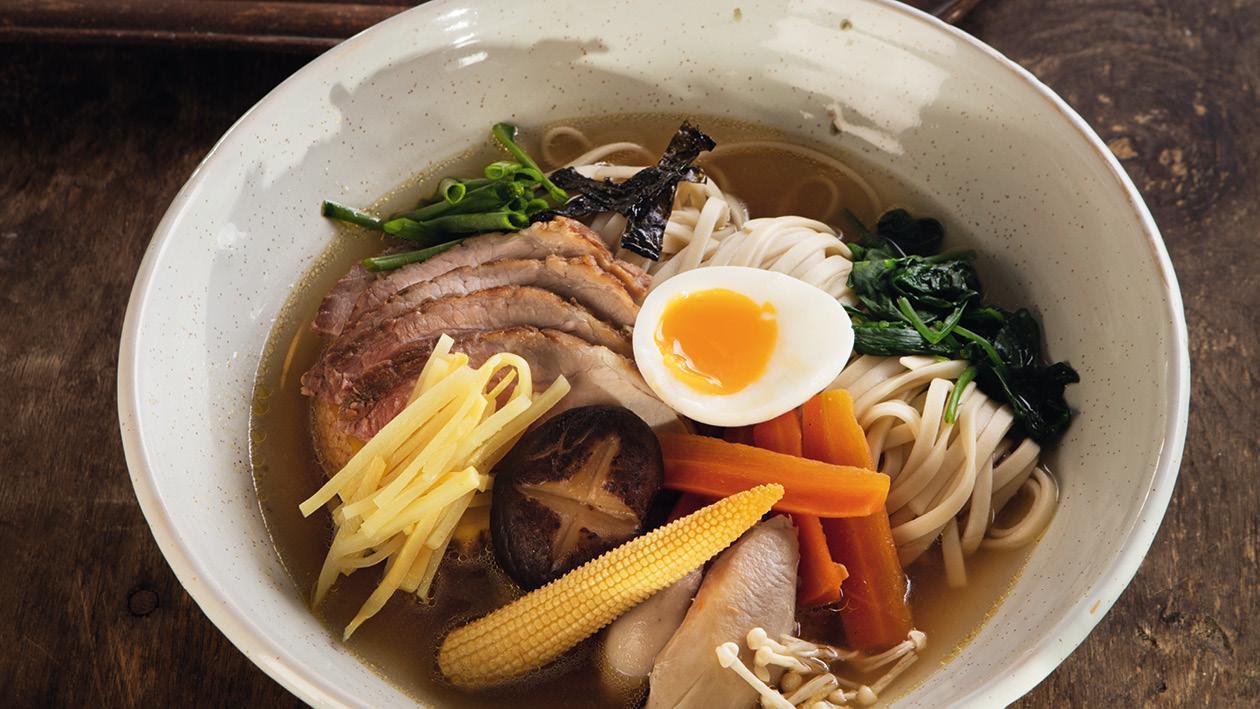 Japonská polévka Ramen s dvojím masem a tekutým vejcem