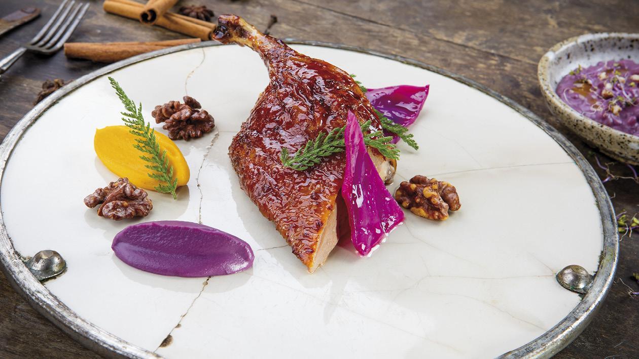 Kachna pečená tradičním orientálním způsobem, podávaná s dýní, červeným zelím a praženými ořechy