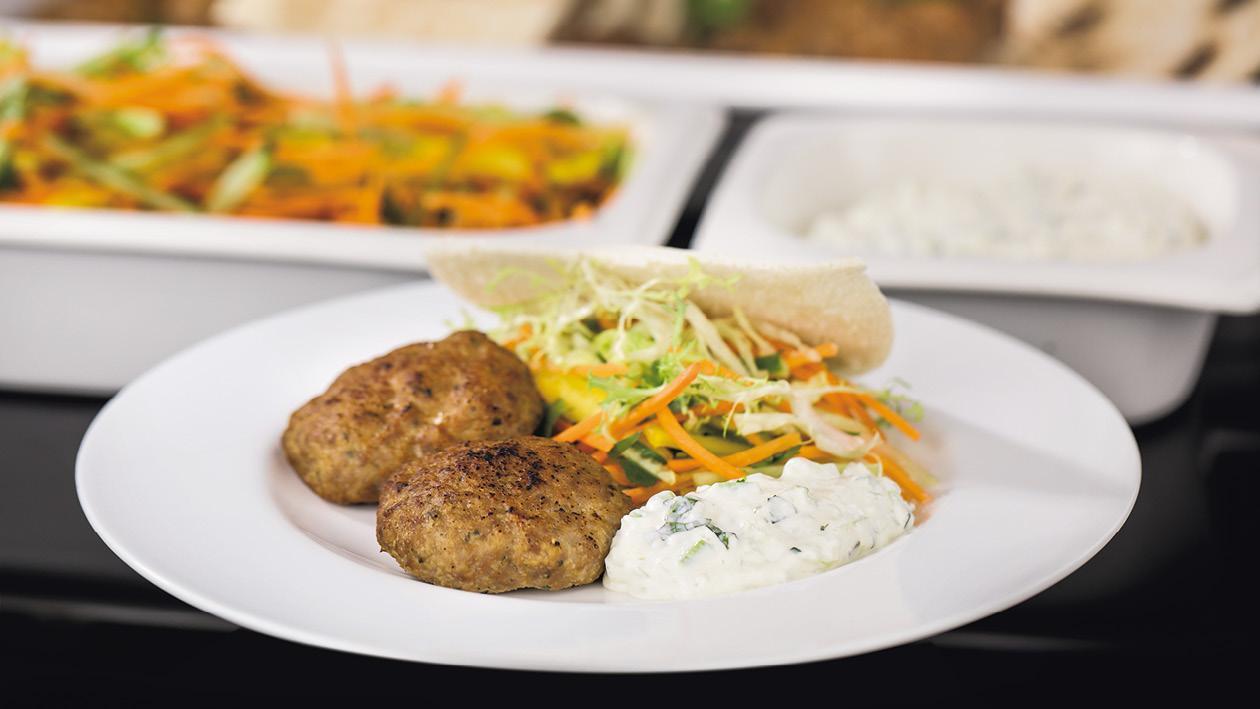 Karbanátek ovoněný římským kmínem a mátovo-okurkovým přelivem, pita chlebem a čerstvou zeleninou