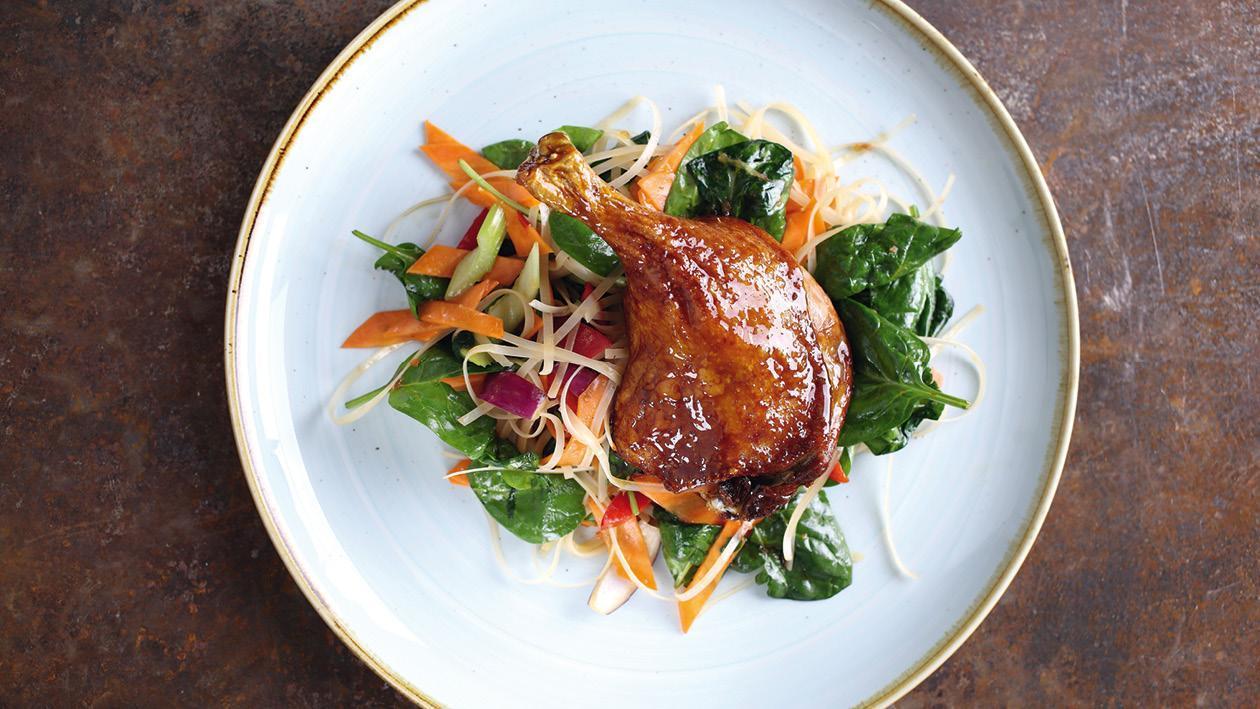 Konfitované kachní stehno se smaženými nudlemi a zeleninou