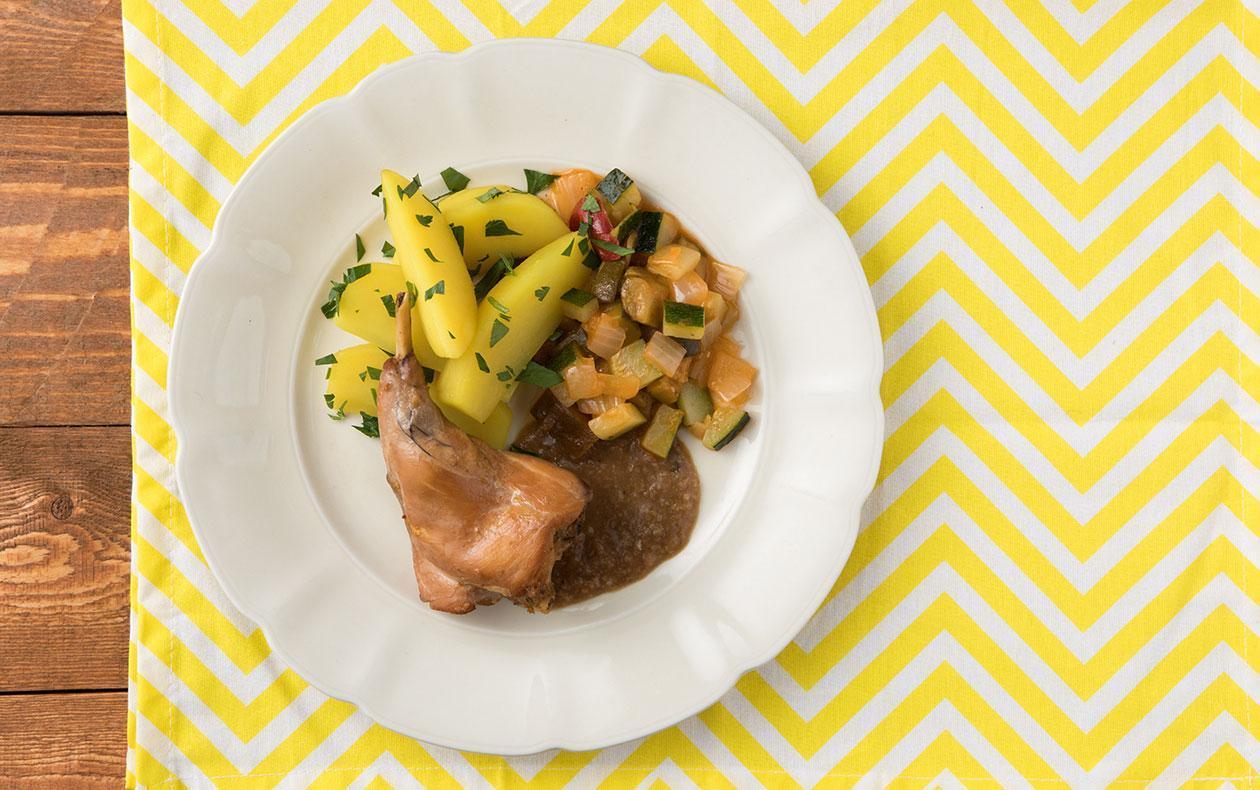 Králík cibulář se zeleninovým ratatouille a petrželovými bramborami