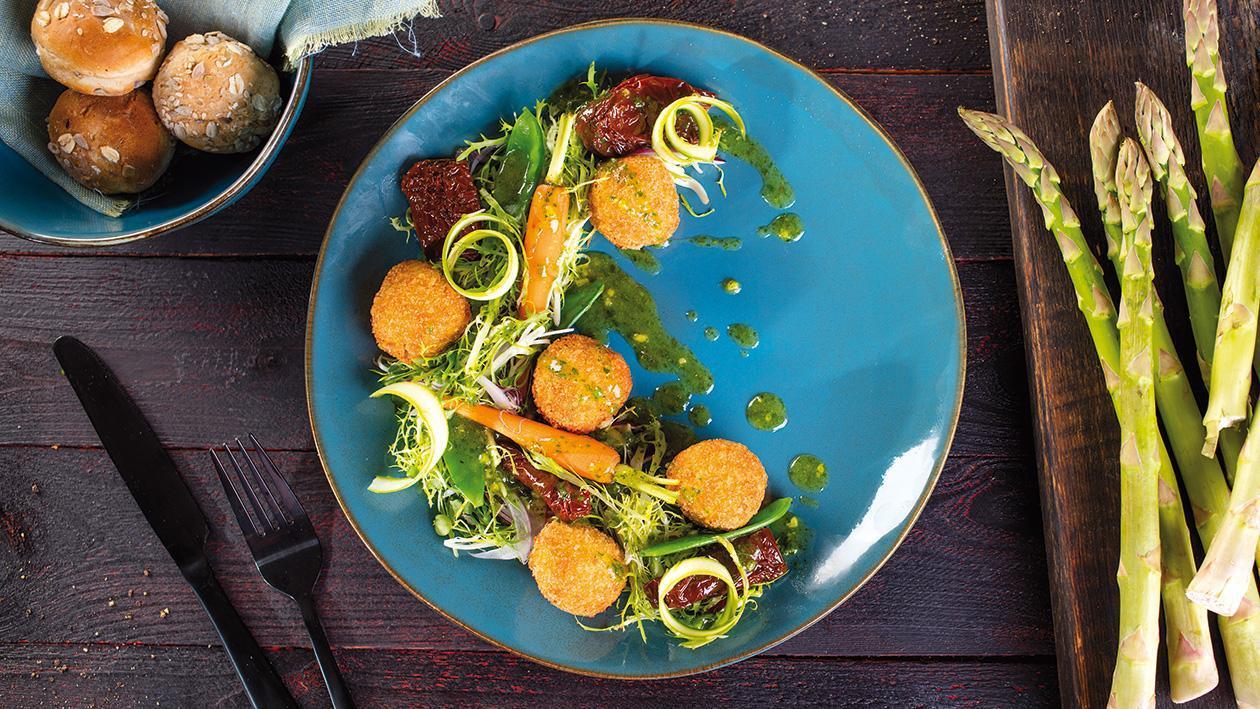 Křupavé drůbeží krokety s bylinkovou omáčkou a svěžím salátem