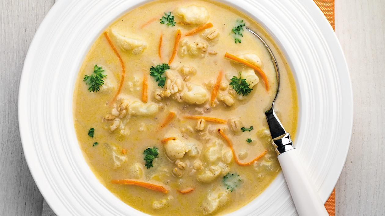 Květáková polévka s mrkvovými nudličkami a krupkami