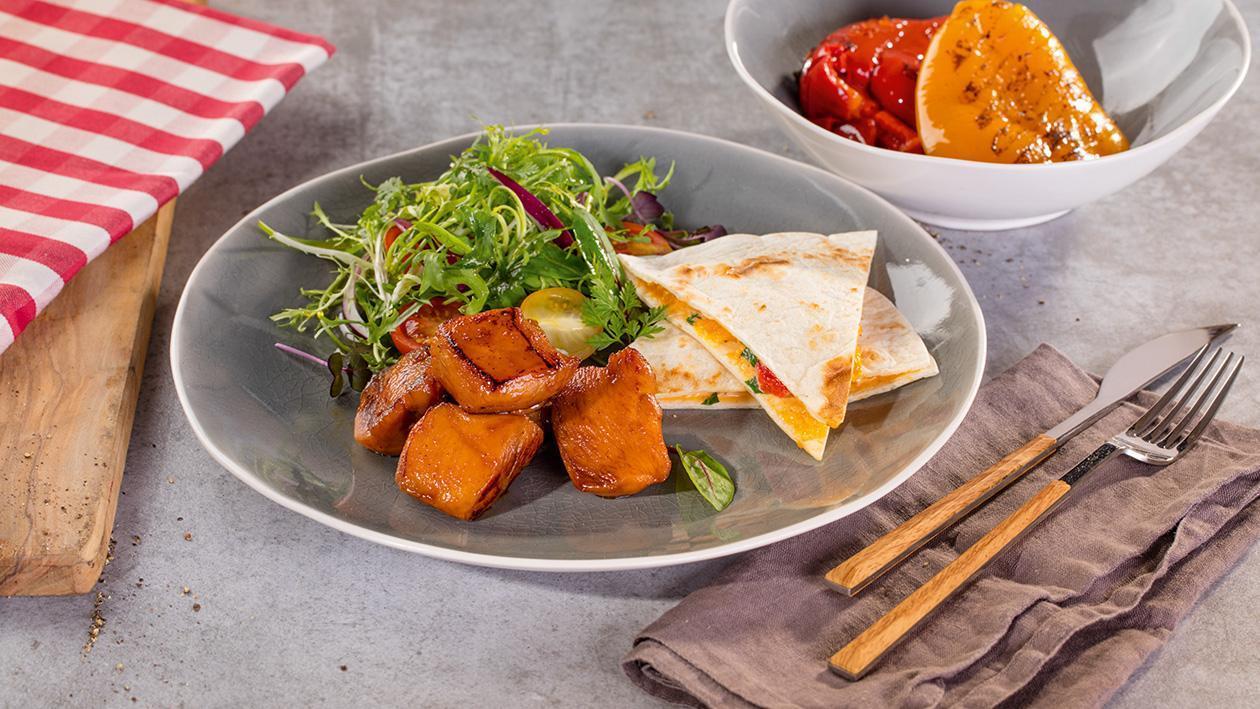 Medové kuřecí kousky s toustovanou tortilou plněnou grilovanými paprikami doplněné rukolovým salátem