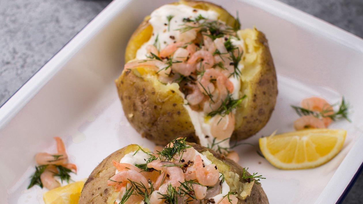 Pečená brambora s krevetkami a zakysaným krémem