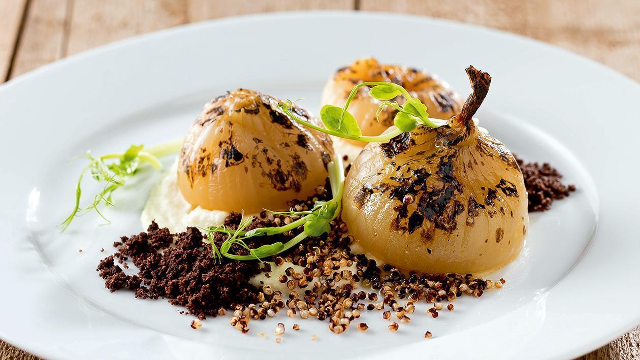 Pečená cibule s pufovanou quinoou a kakaovým crumble