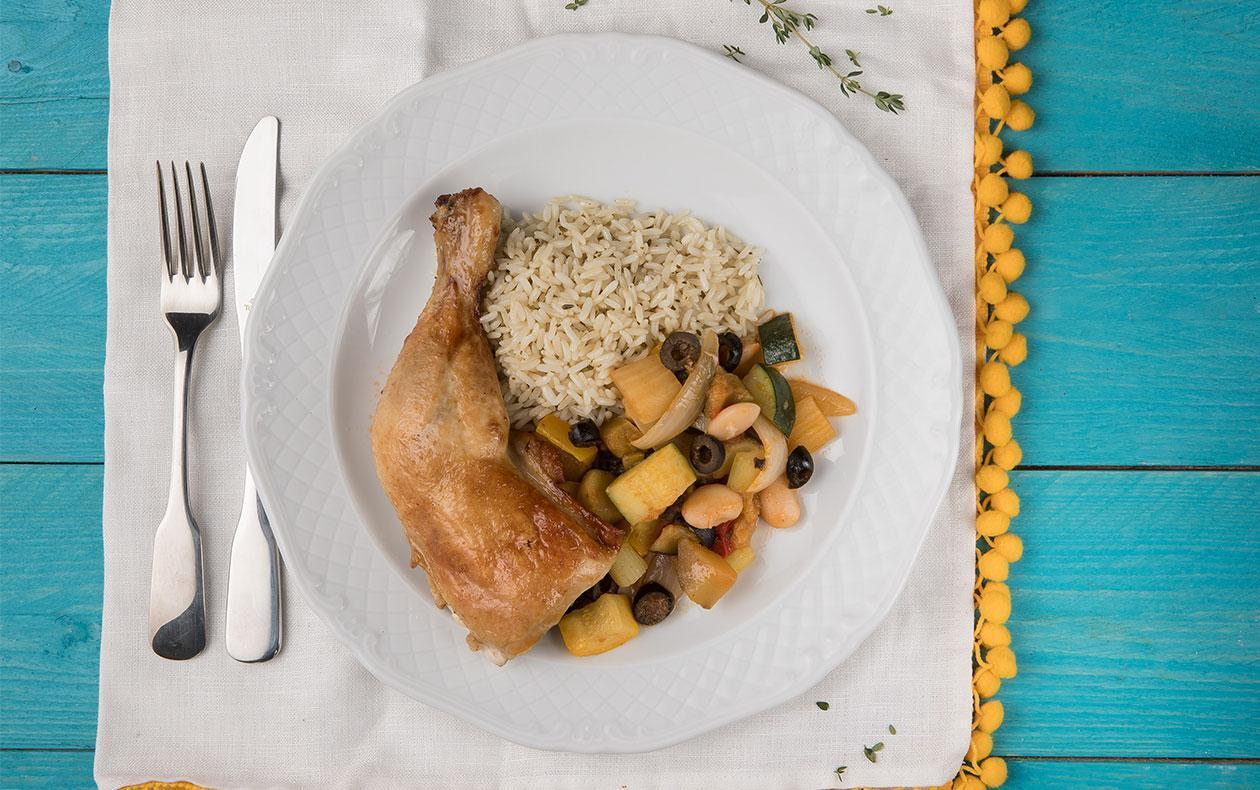 Pečené kuřecí stehno se sicilskou caponatou a tymiánovou rýží
