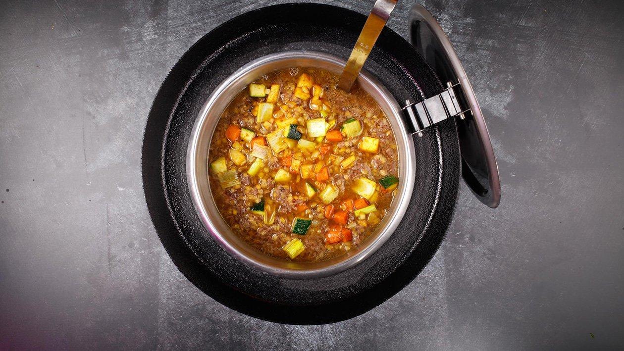 Polévka z hovězích oháněk s čočkou a restovanou zeleninou