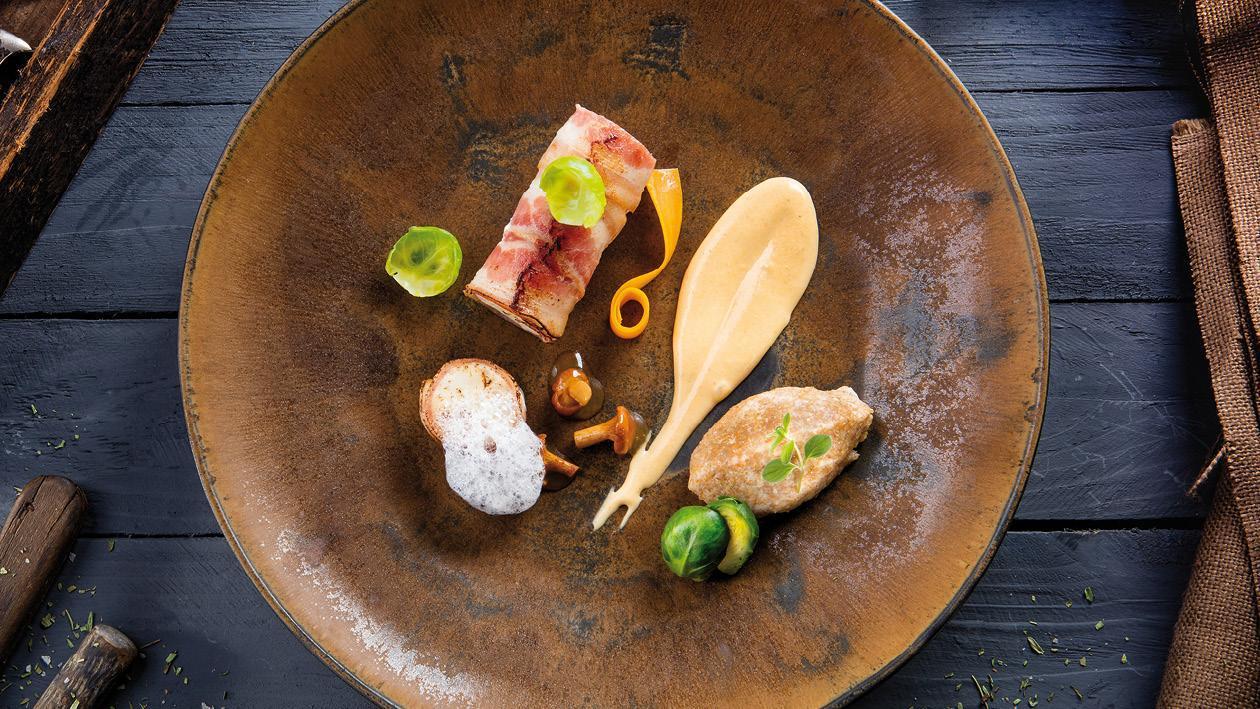 Pomalu pečená králičí stehna v krémové omáčce s kyselými houbami, kapustou a krupicovými noky