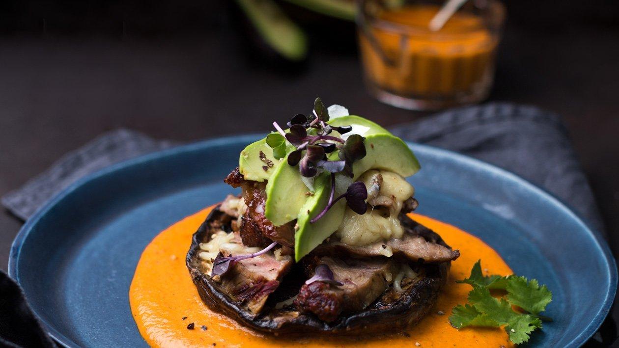 Portobello plněné steakem s krémovou omáčkou z pečených paprik