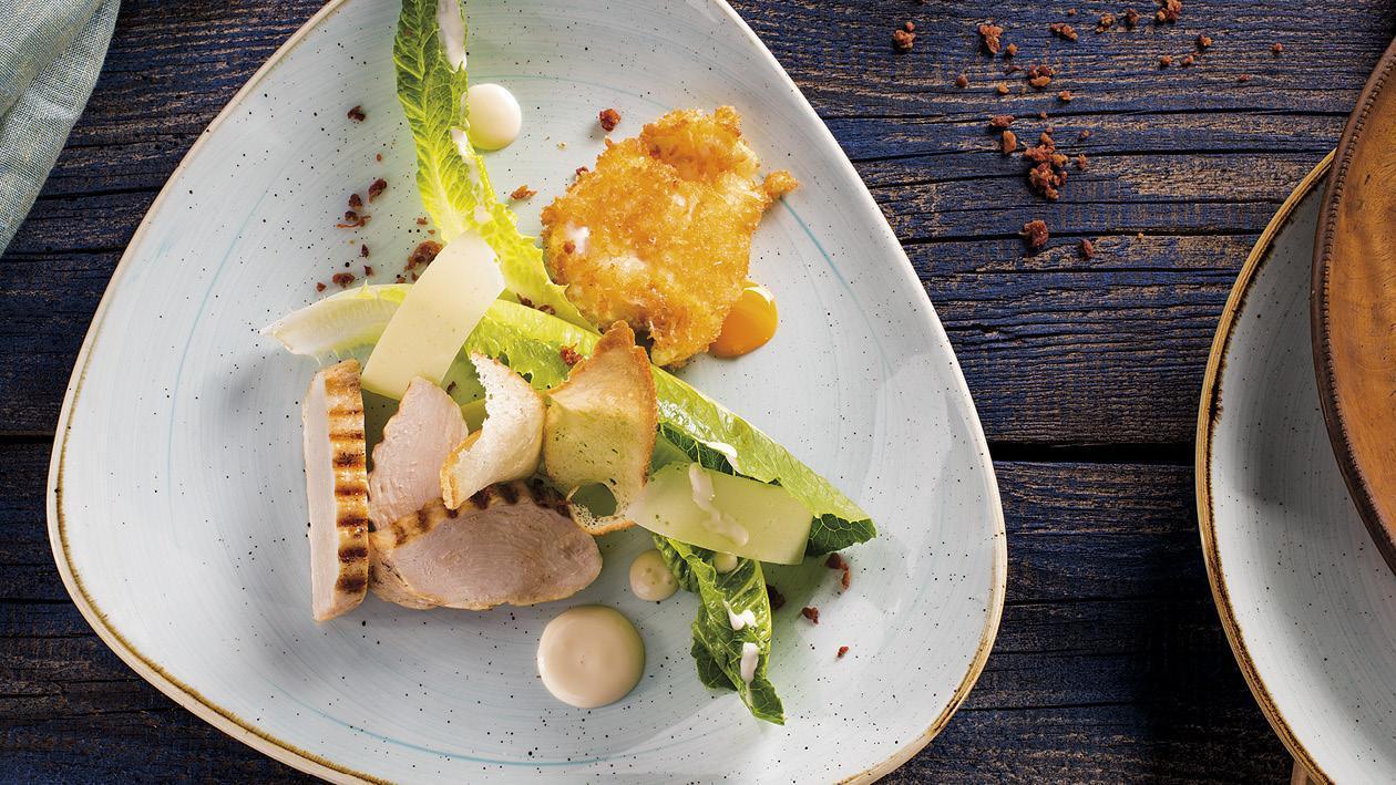 Salát Caesar s grilovaným kuřetem, vejcem obaleným v parmezánu a krémovou omáčkou