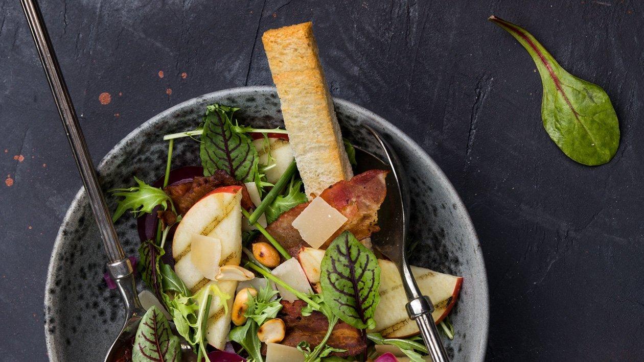 Salát s grilovanými jablky, mizunou a marinovanou
