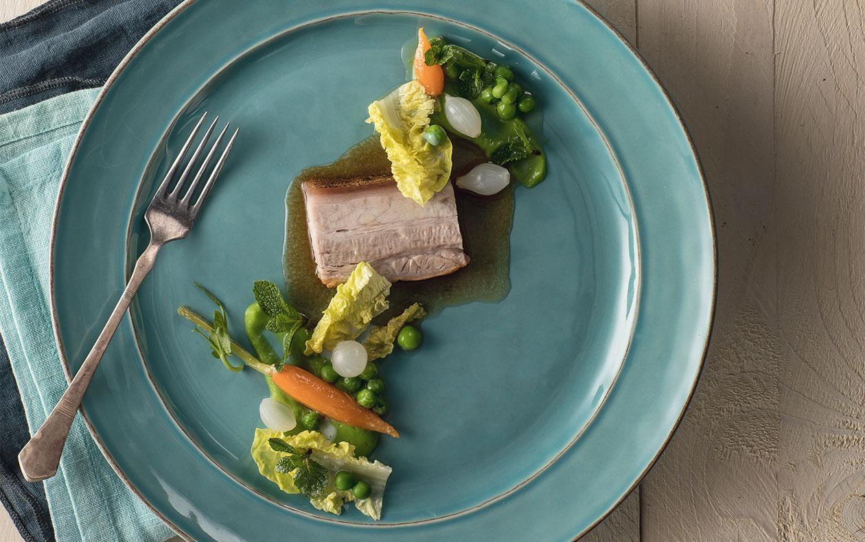 Selátko s hráškem, mátou, salátem a zeleninovým ragů