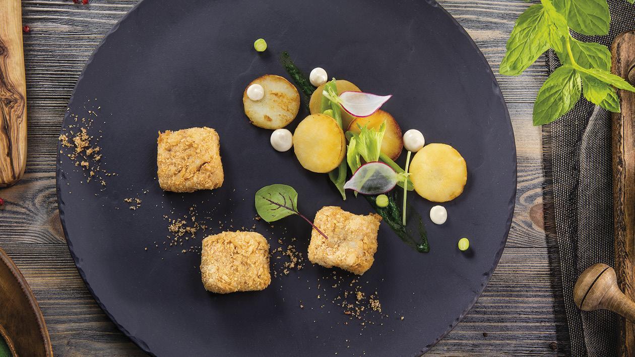 Smažený kapr v ořechové strouhance s bramborový salátem