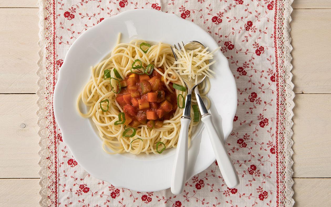 Špagety se zeleninovo-tomatovou omáčkou, sypané sýrem