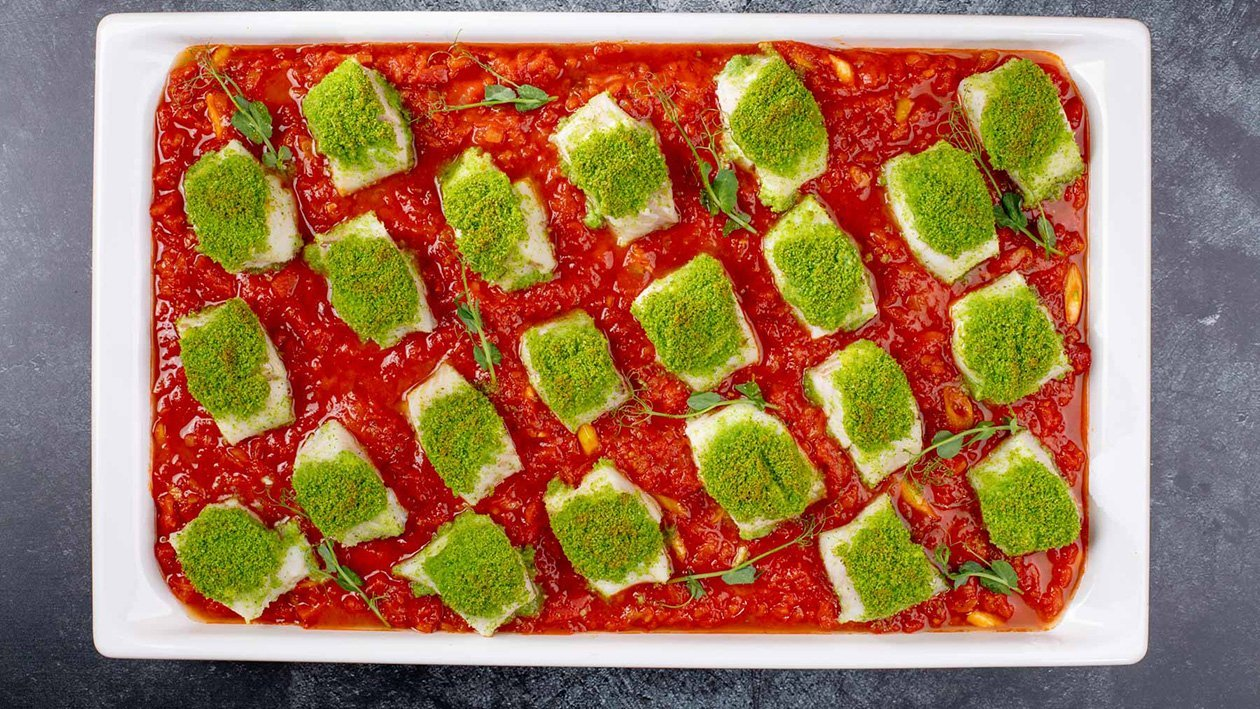 Treska s bazalkovo-petrželovou krustou na rajčatové omáčce