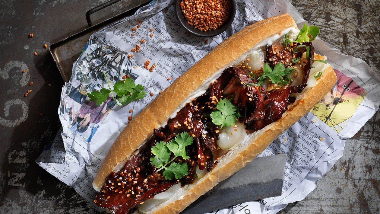 Banh mi med hoisin bacon, hønsesalat og koriander
