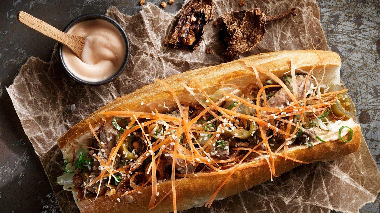 Banh mi med svinekød, sriracha-mayonnaise, soya og ristede løg