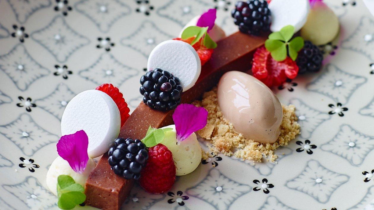 Chokolade terrin med friske bær og chokoladeis
