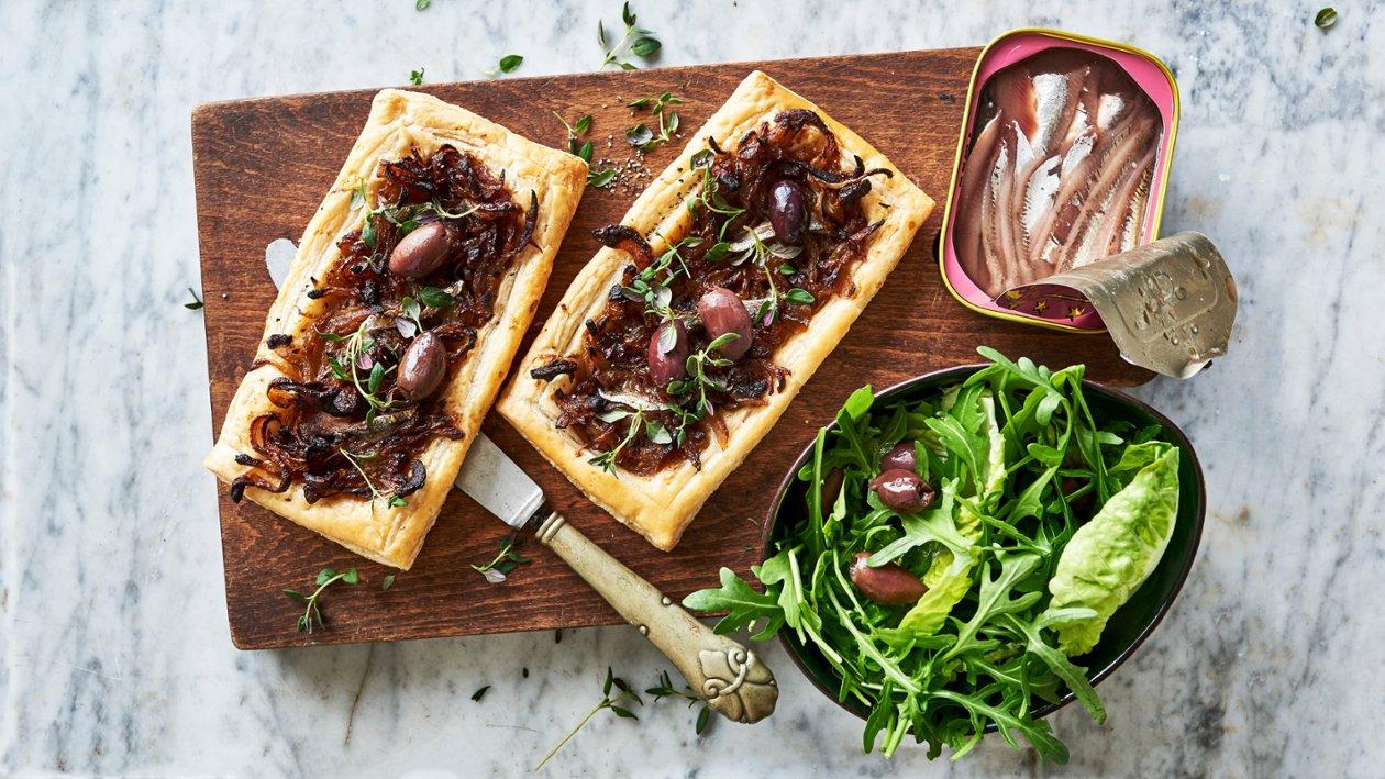 Karamelliseret løgtærte med oliven og ansjoser