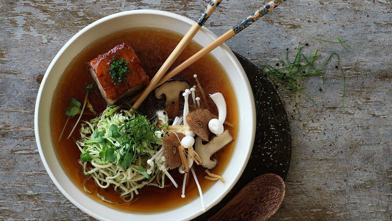 Ramen suppe med nudler, svampe og glaseret gris