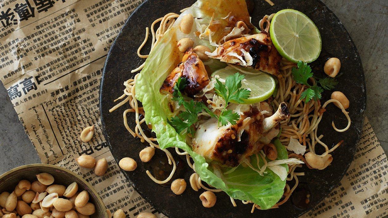 Sprøde nudler med kyllingesalat, chili og revet kokosnød