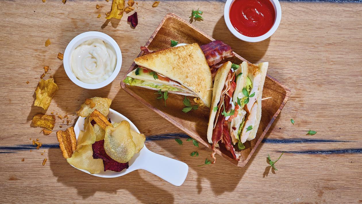 American Club Sandwich mit Kartoffel - Chips