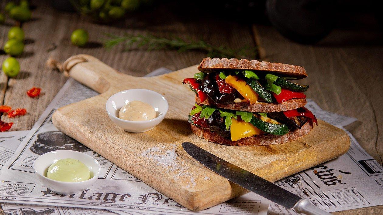 Anti Pasti Verdi Sandwich mit Oliven & Paprika Mayonnaise