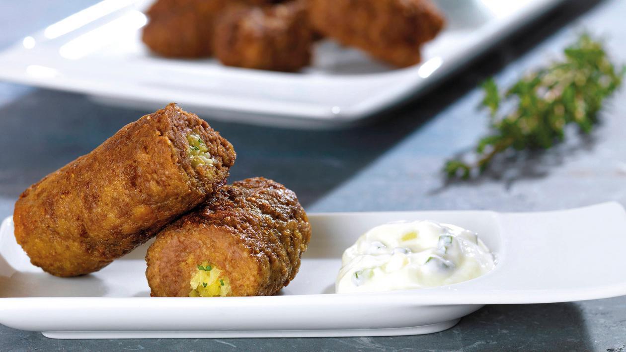 Fleischroulade mit Kohlgemüse, Kartoffeln und einem cremigen Tsatsiki