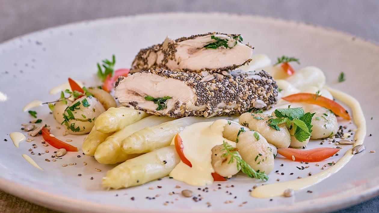 Forellenfilet mit Kräutern, Sesam, Sonnenblumenkerne, Chia, Spargel und Sauce Hollandaise