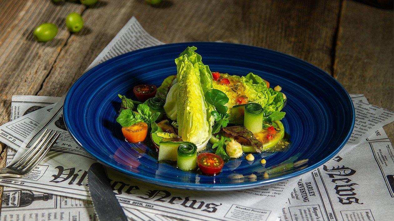 Frischer Blattsalat mit Tomaten und Gurke
