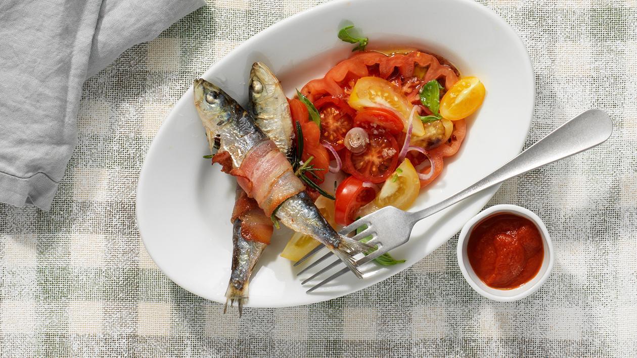 Frittierte Sardinen mit Tomatensalsa und Salat