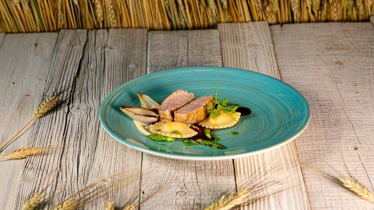 Gebratener Kalbsrücken mit Grieß - Steinpilztascherl, Miso Selleriepüree und Galgant Olivenöl Jus