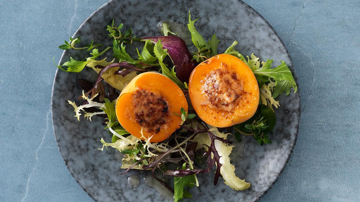 Gefüllte, karamellisierte Marillen mit Blattsalat