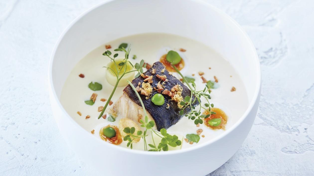 Geräucherter Kabeljau an Kartoffel-Zwiebel-Suppe mit Erbsen und Wachtelei