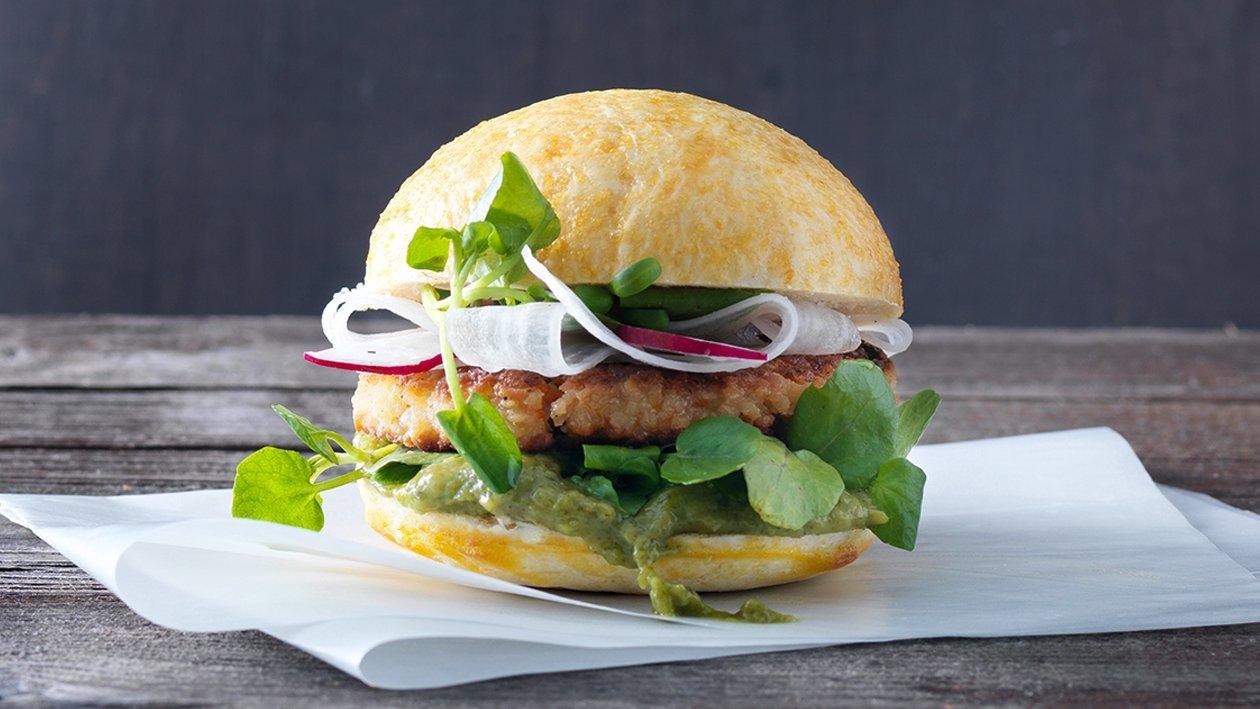 Hamburger mit Gemüseschnitzel und Gurken-Minze-Basilikum-Ketchup