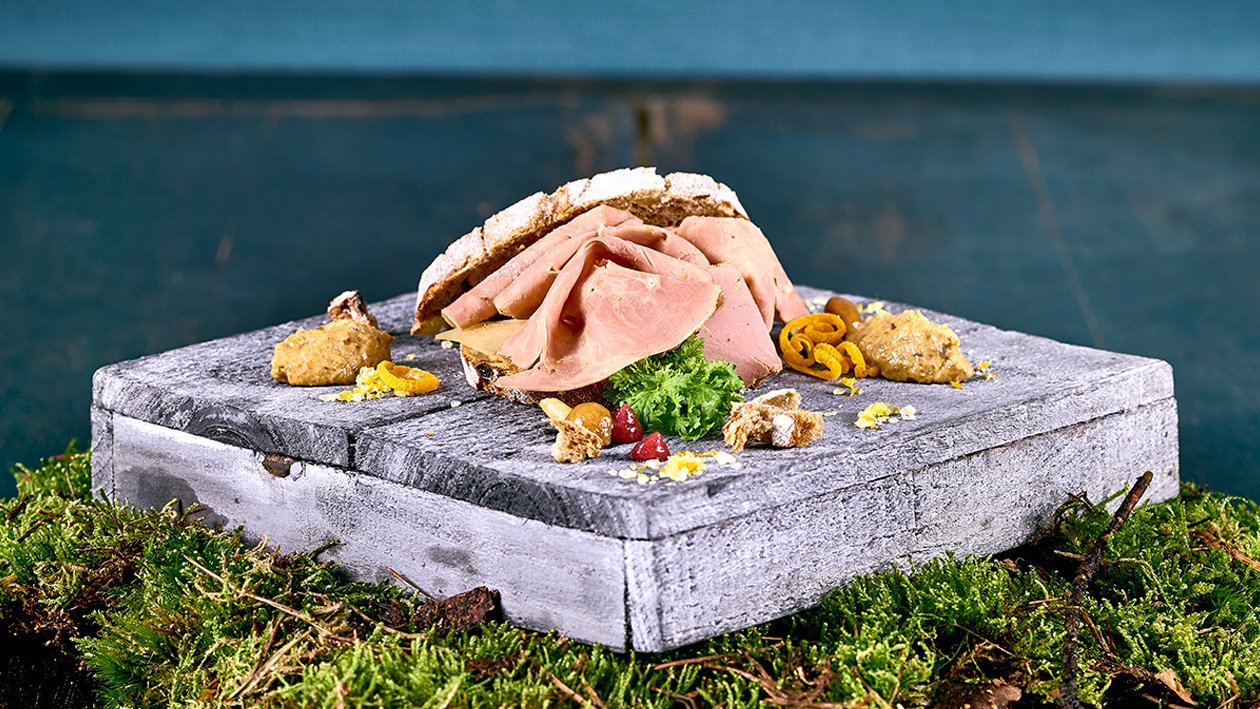 Hausgemachter Entenbrustschinken, Eierschwammerlsenf, Hagebutten-Kirschgel und Birnen - Walnussbrot
