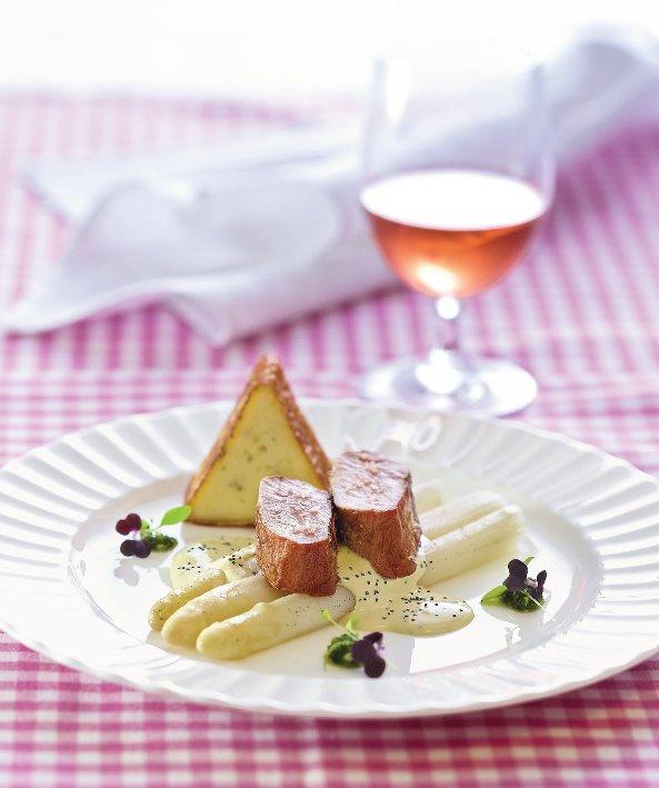 In Vanilleöl confierter Spargel, Filet vom Landschwein, Grießstrudel, Bärlauch und Mohn-Hollandaise