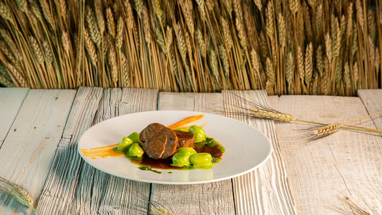 Kalbshaxe mit Brennesselpesto, Karottenpüree und Gnocchi in Petersiliencreme