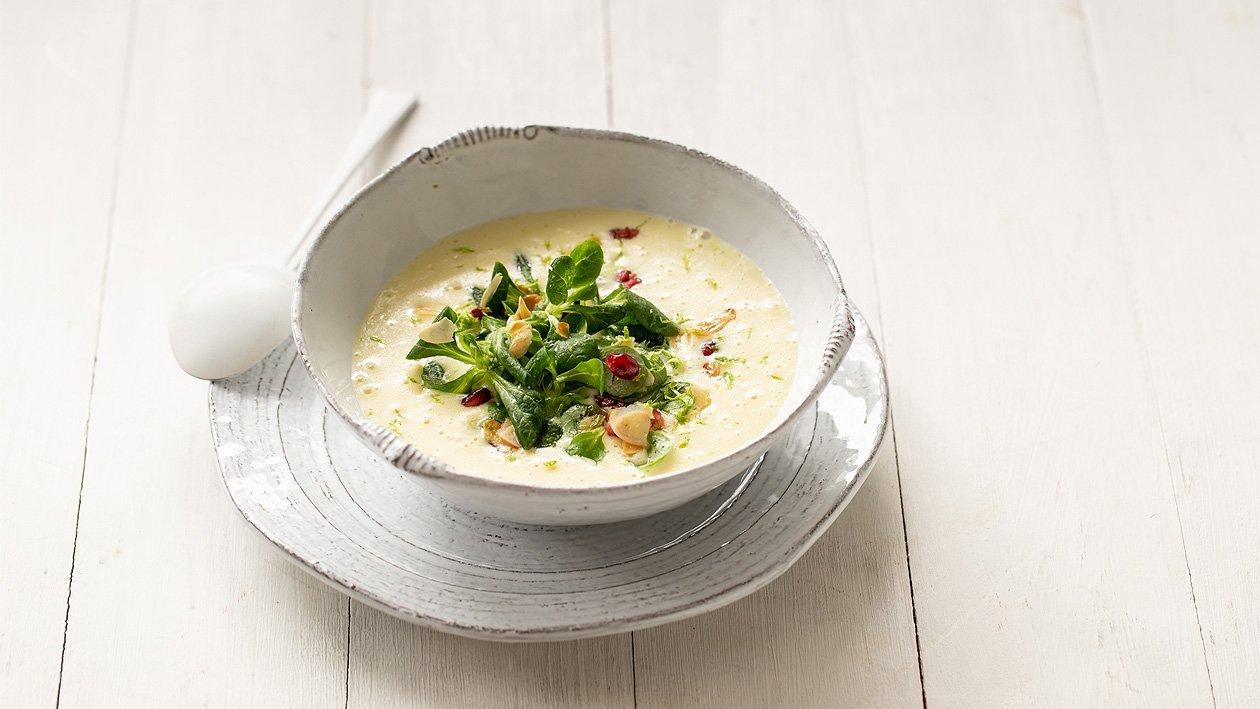 Kartoffelsuppe mit Vogerlsalat und Mandeln