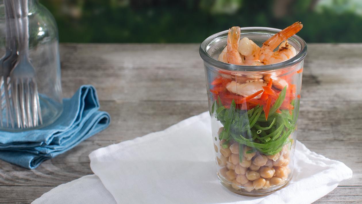 Kichererbsen-Erbsenschotten-Salat mit gegrillten Garnelen