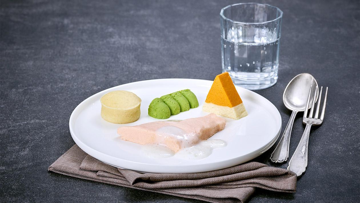 Lachsfilet in Zitronensauce mit Erbsen, Karotten - Blumenkohlterrine und Nudelflan