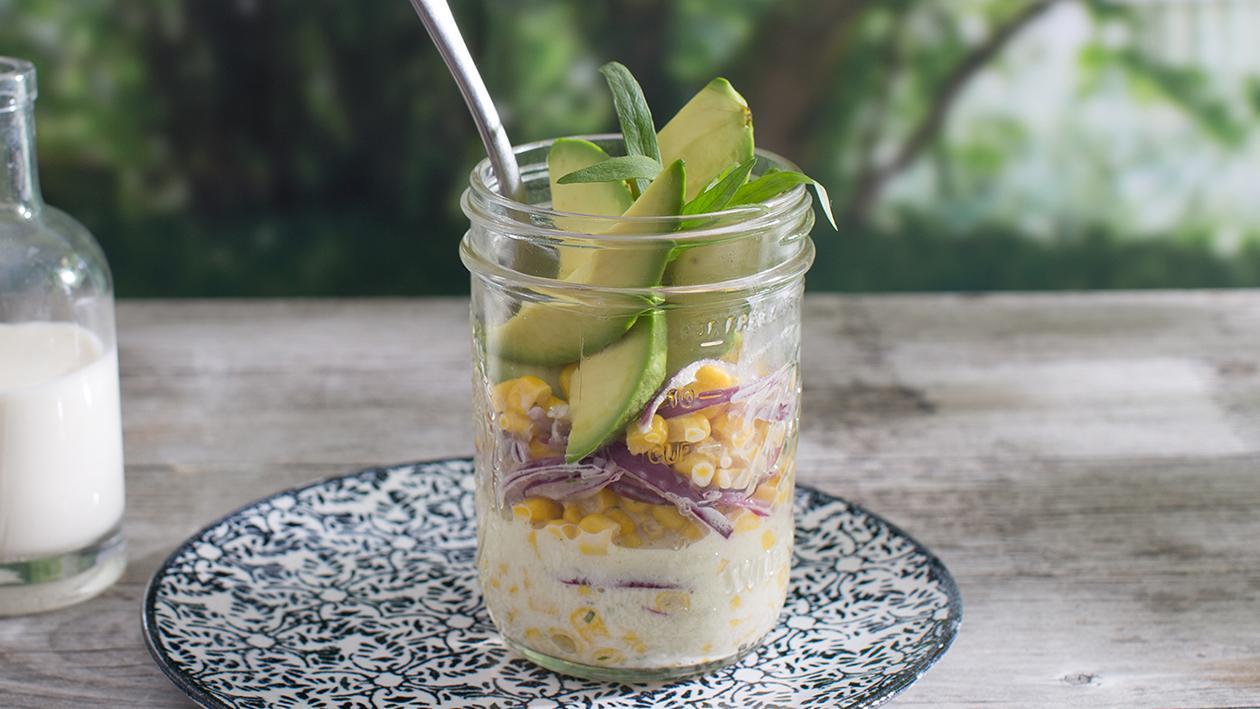 Mais-Salat mit Avocado und roten Zwiebel