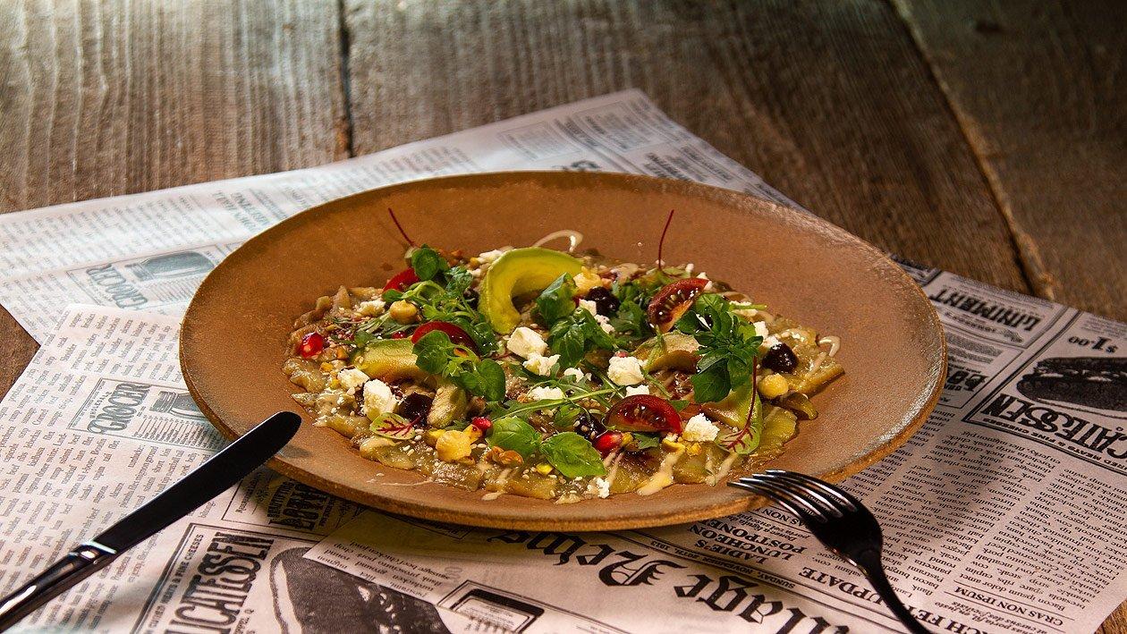 Melanzani - Carpaccio mit Hummus, Röstzwiebelcreme, Feta Garanatapfel und Avocados