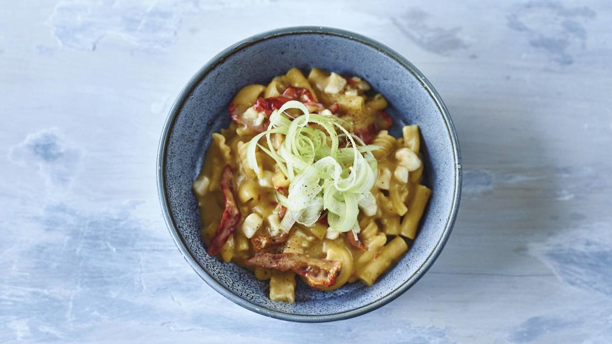 Pasta Mista mit Karfiol, silbernem Degenfisch, getrockneten Tomaten, Limetten und knackigem Sellerie