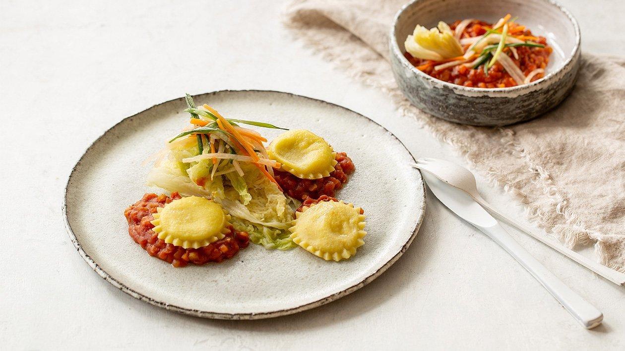 Pastinaken – Blauschimmelkäse Ravioli mit Linsenbolognese und vergorenen Chinakohl