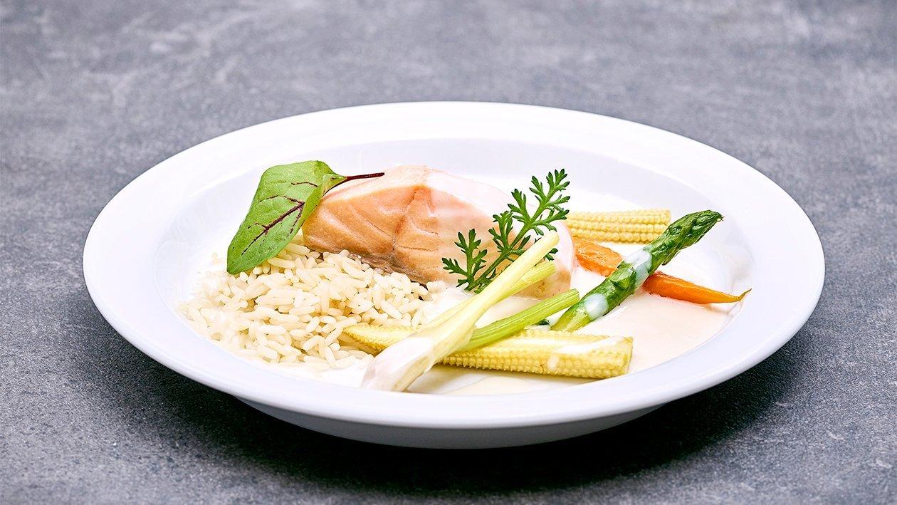 Pocherter Lachs mit Pilaw Reis und sautiertem Gemüse