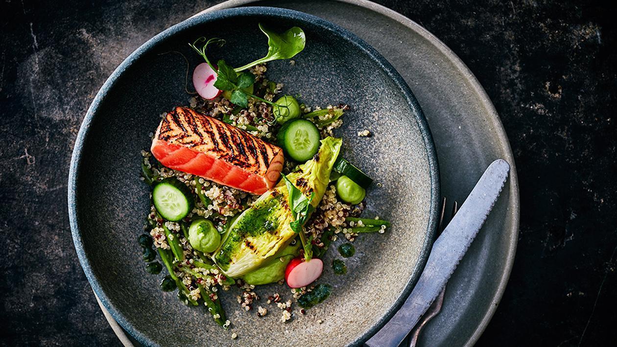 Quinoa Salat mit mariniertem Lachs, Lime - Koriander Vinaigrette, Avocardo - Creme und gegrilltem Lattich- Herz
